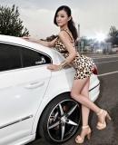 豹纹短裙彰显玲珑曲线 难驾控的CC美女
